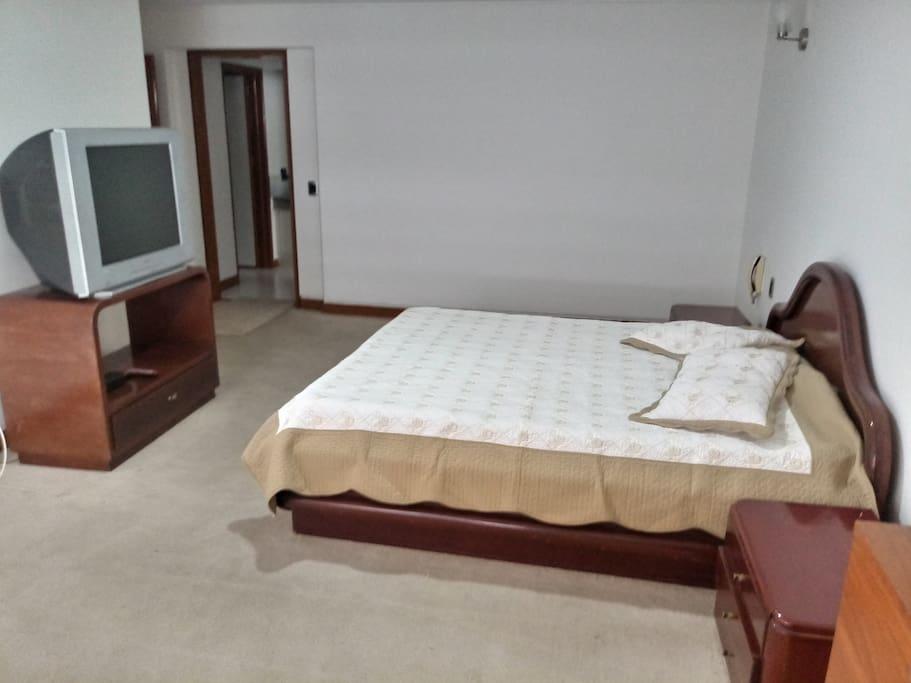 Amplia alcoba independiente con cama doble y espacio para cama adicional, cuenta con baño privado agua caliente y walking closet.