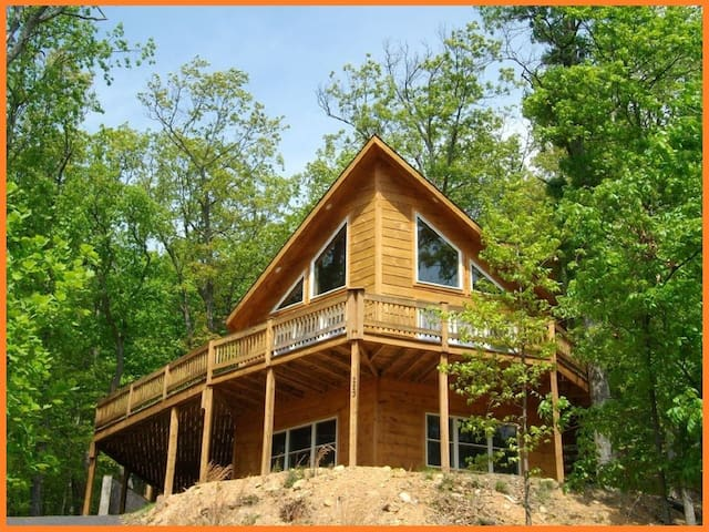 Massanutten log home w/slope and mountain views