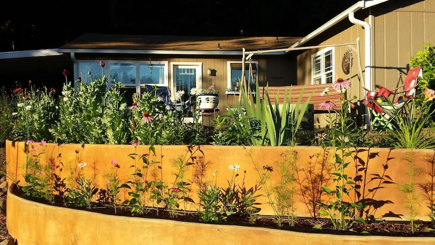 Quiet escape close to town & trails - Grass Valley - Huis