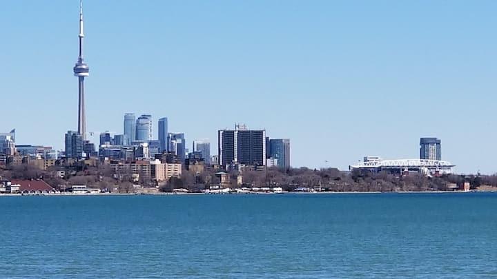 Toronto Getaway. Lakeside. Close to everything !