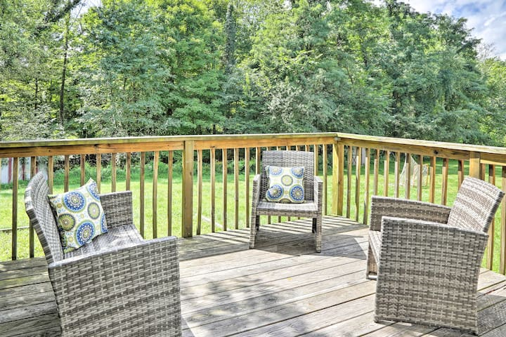 The furnished deck is the perfect spot to spend an afternoon!