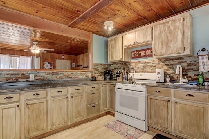 Pet Friendly 2BR Cabin near Restaurants & Heavenly