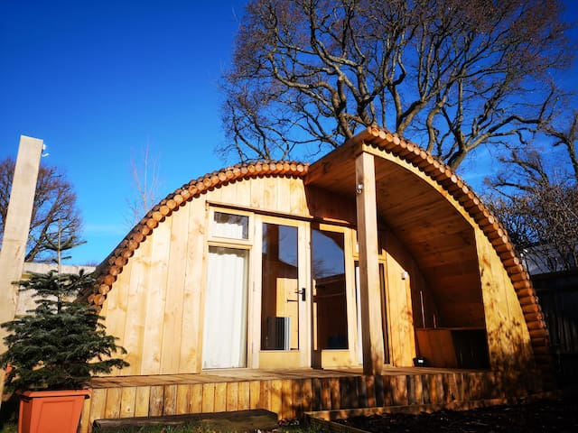 Self contained Ecopod with parking near the Downs