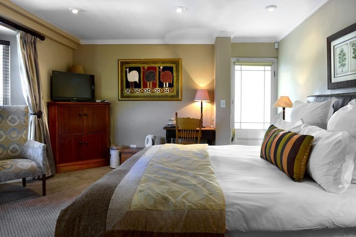 Guest Bedroom 2 with king size bed (can be made up as 2 single beds as well)