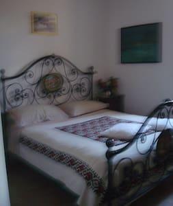 stanza in piccolo borgo con giardino - Gubbio