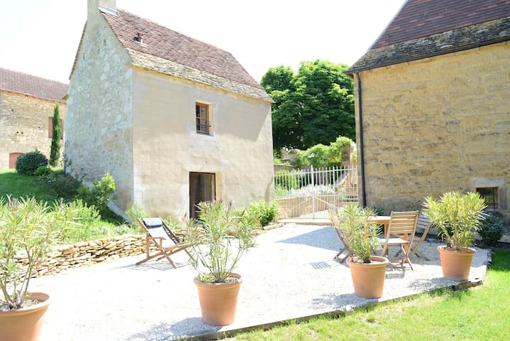 Little gîte for 2 in a charming B&B with a pool