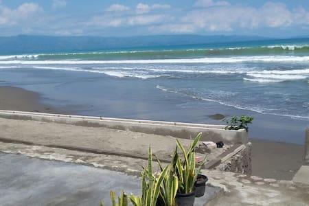 Wisma Mila tepi pantai - Sukabumi - Huis