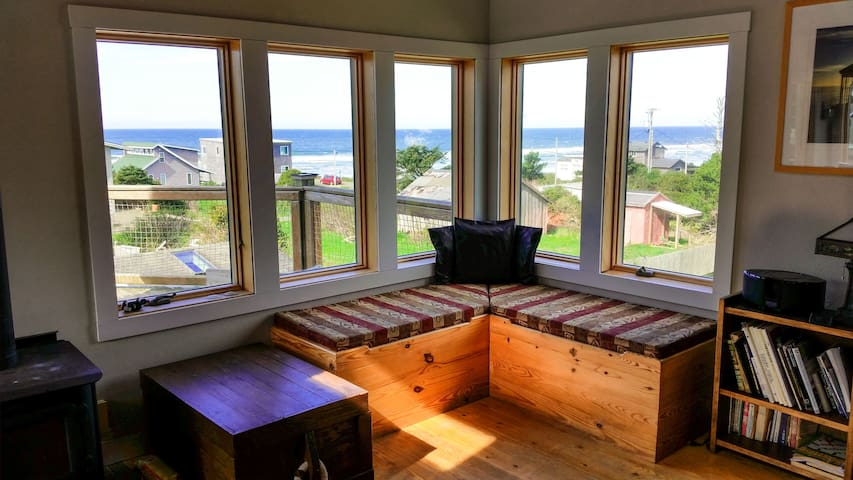 Ocean view-1 block to the beach! - Cape Meares