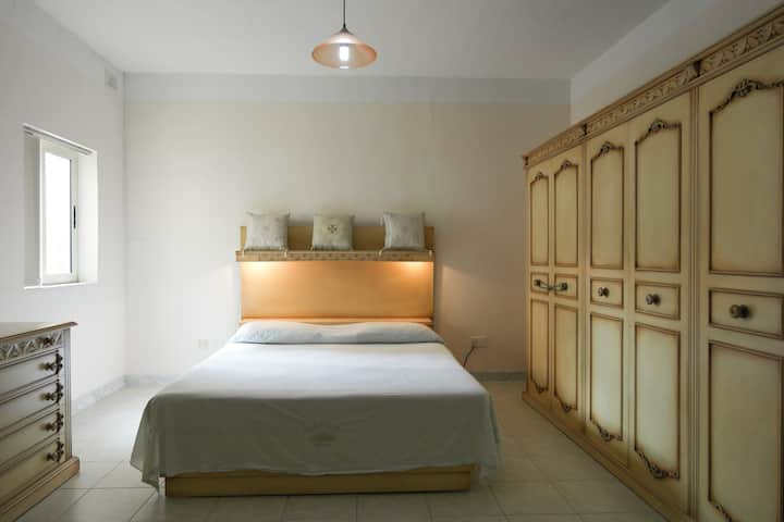 ATTARD: MASTER ENSUITE WITH SUPER KING SIZE BED