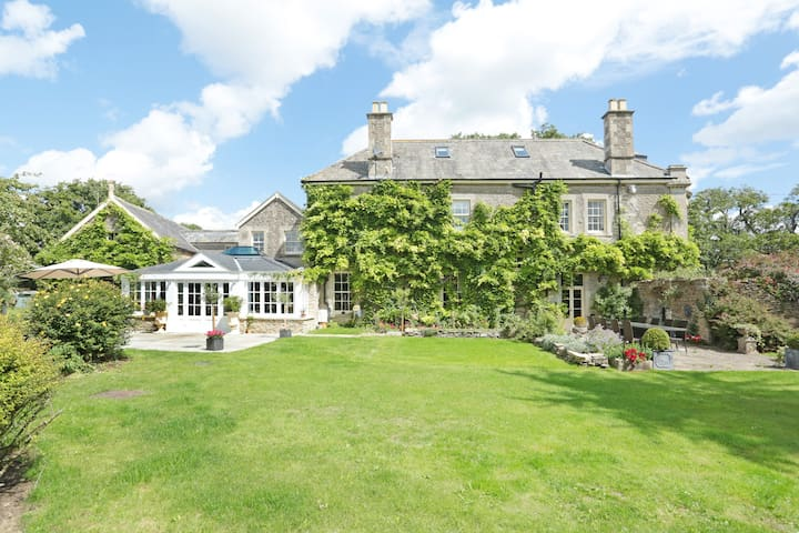 2 of 4 Bedrooms in Large Country House-Cotswolds