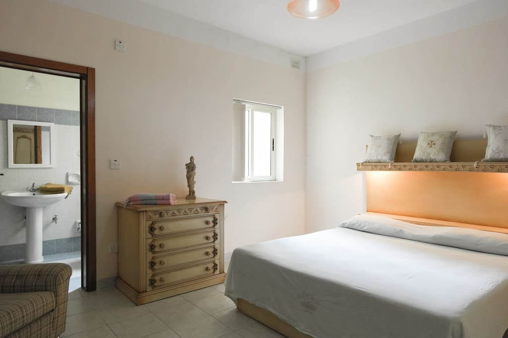 Includes ensuite private shower room.