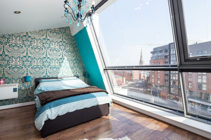 Spacious Artistic Duplex Apartment - Salford