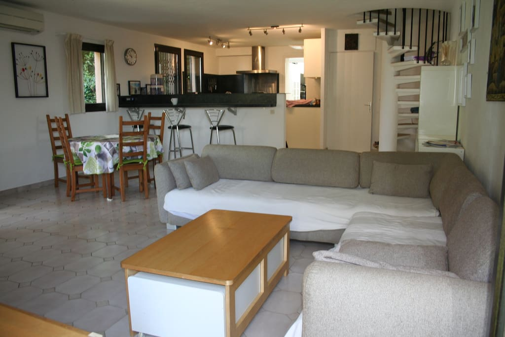 A 44m2 spacious living room with its open kitchen
