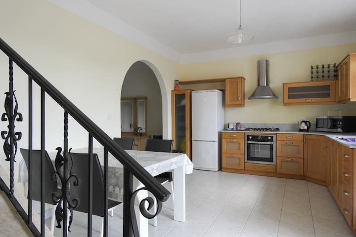 ATTARD: CHEAP/CLEAN APT. SLEEPS 9+ - Attard - House