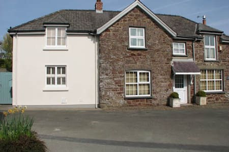 Luxury home Pembrokeshire sleeps 13 - Marloes