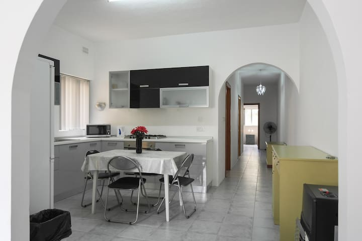 ATTARD: CHEAP/CLEAN APT. SLEEPS 7+ - Attard - House