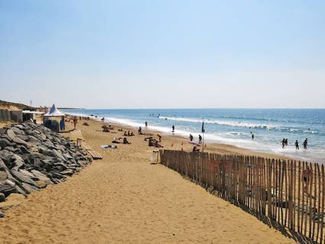 Plage à 700m, accessible à travers la forêt