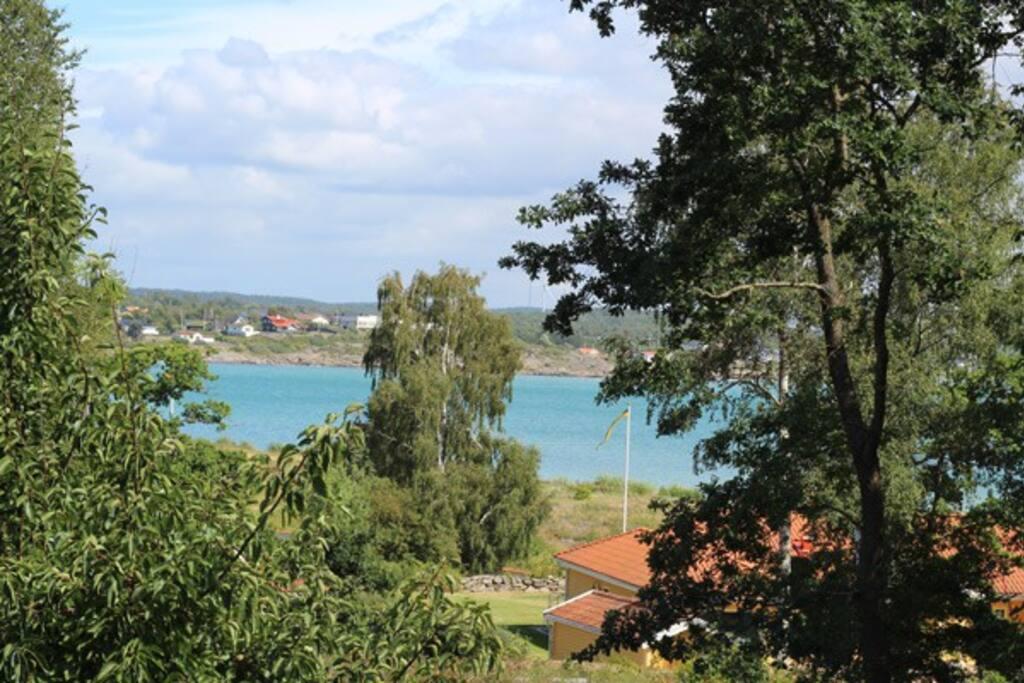 Utsikt från balkong och terrass. Mellan 200 m - 1 km har du 4 fina badplatser.