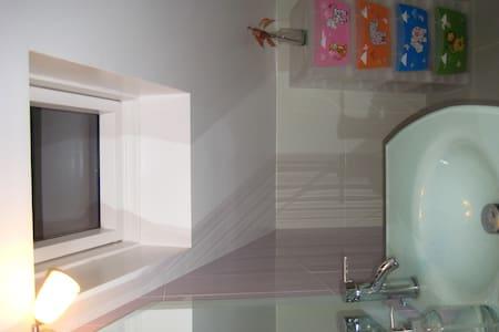 Quarto com duas camas e pequena zona de estar - Riachos - Casa