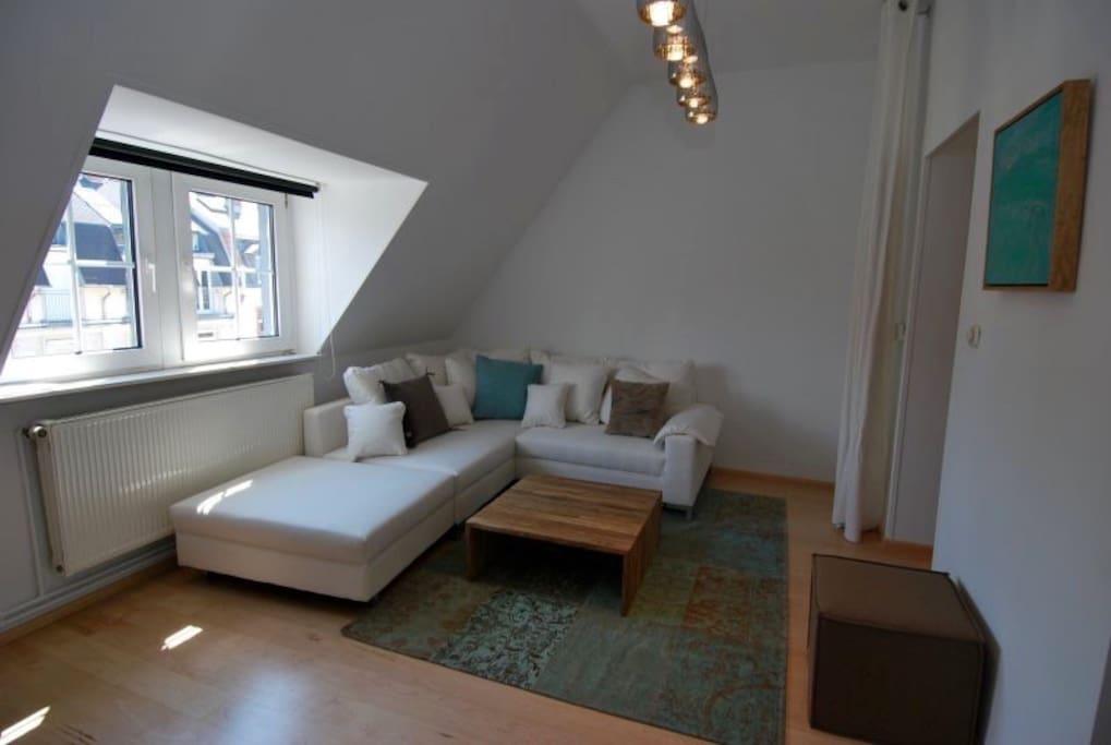 a modern, updated, bright living room  ein modernes, neues, helles Wohnzimmer