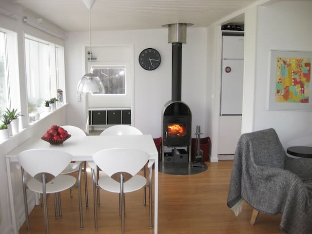 Cozy Summer Cottage - Wifi + Chromecast