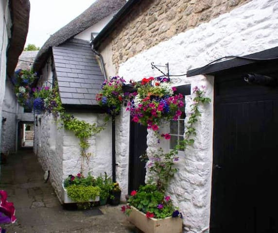 Foxhat Cottage - Delightful 17th Century Home