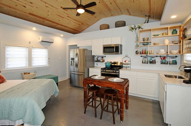 Cozy & Private Downtown Cottage by River Parks - Tulsa
