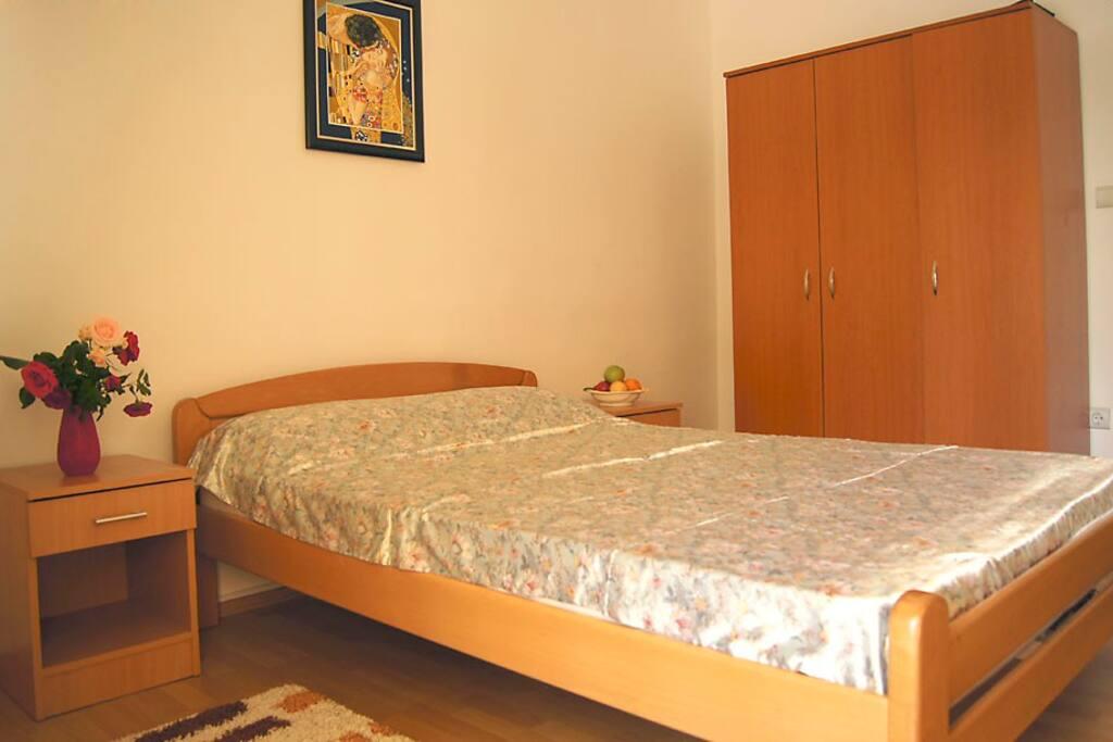 В спальне большая французская кровать