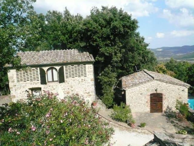 Villetta isolata nelle colline senesi