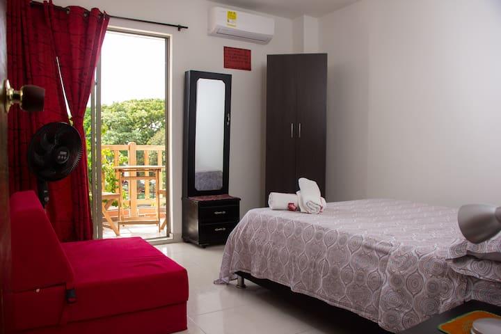 El cuarto y su balcon.