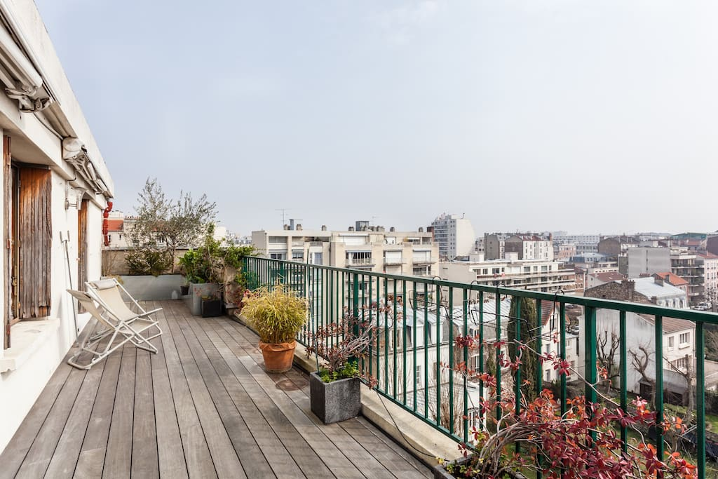 This is our sky terrace with 180° view on Paris: from Montmartre to La Défense! You can smoke there. (Photo taken during late Winter)