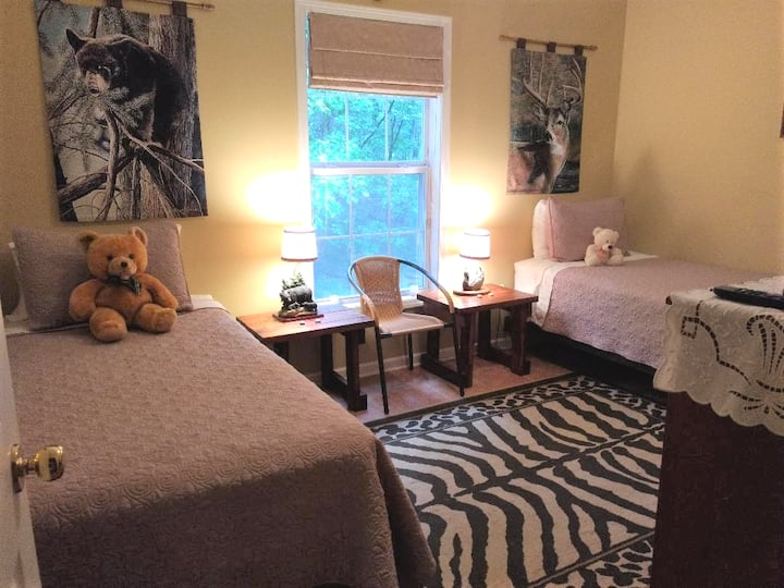 Cozy room/ twin beds and bike station outside