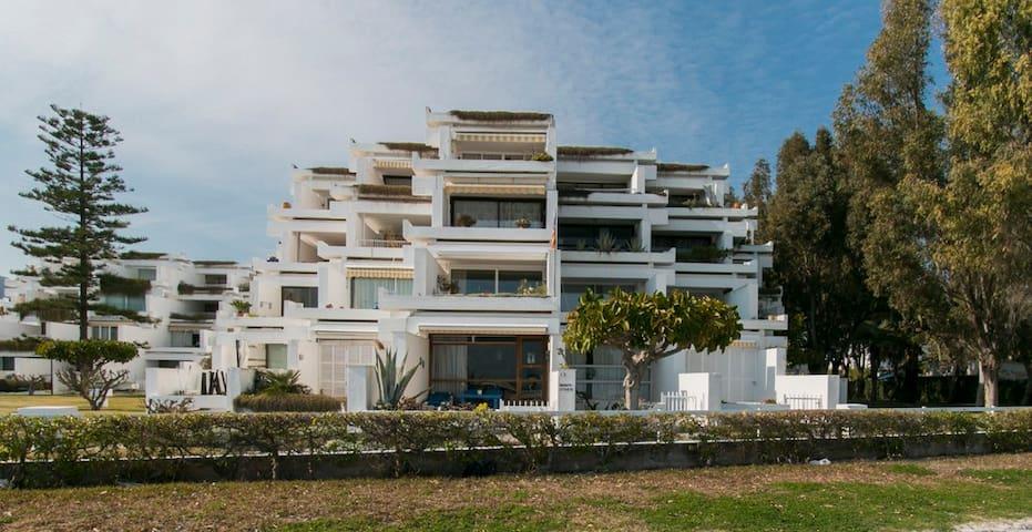 vista de la fachada del edificio desde la playa