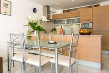 la cocina abierta al salón comedor
