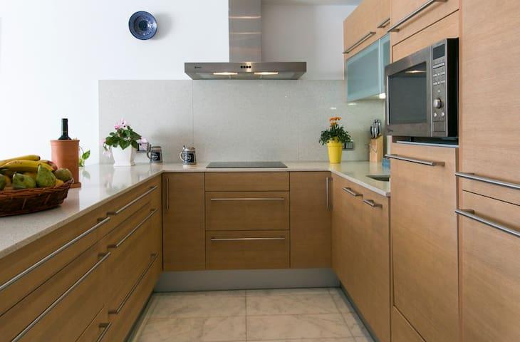 cocina moderna y totalmente equipada