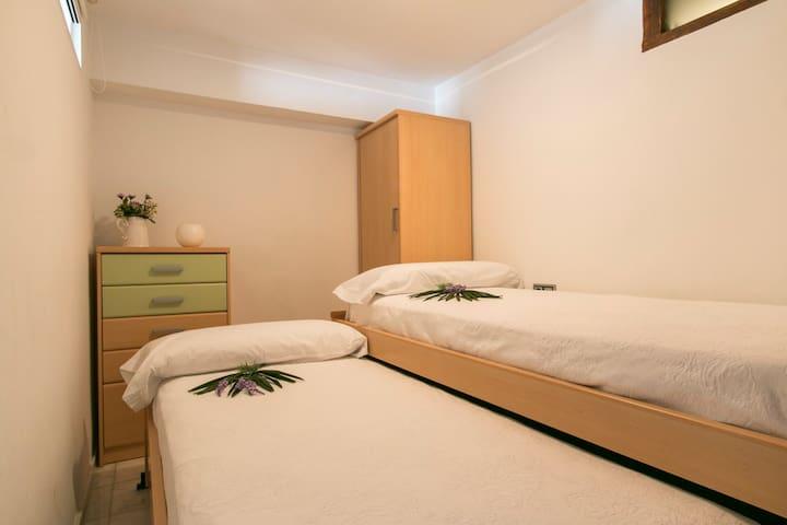 dormitorio doble con una cama nido