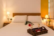 dormitorio principal con una cama de 1.50 x 1.90