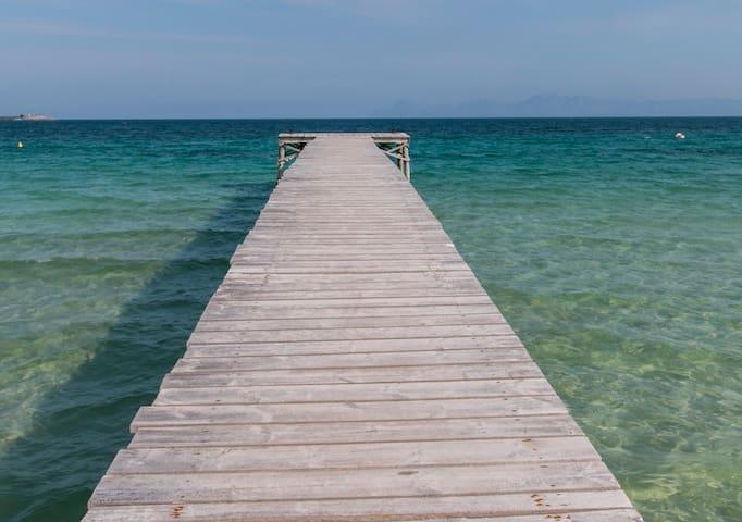 imagen de las aguas cristalinas de la playa