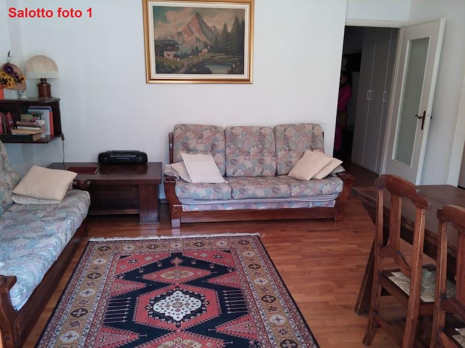la sala con il divano/letto matrimoniale