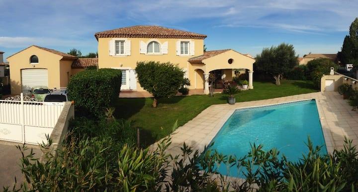Villa familiale  piscine proche mer
