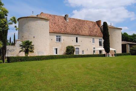 Chambre dans manoir historique  - Montignac-Charente - Castello