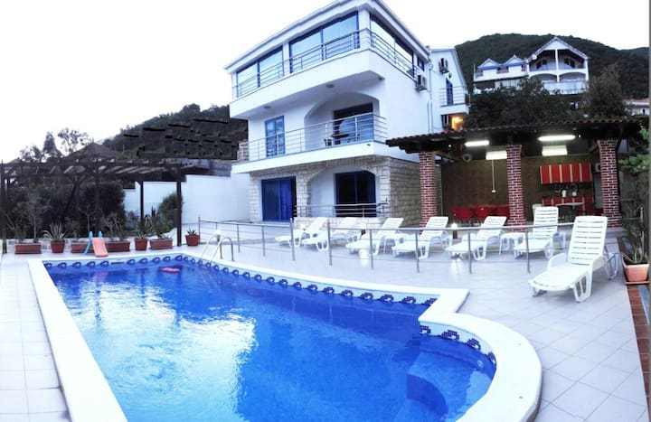 Exclusive 7 bedrooms sea-view villa with pool