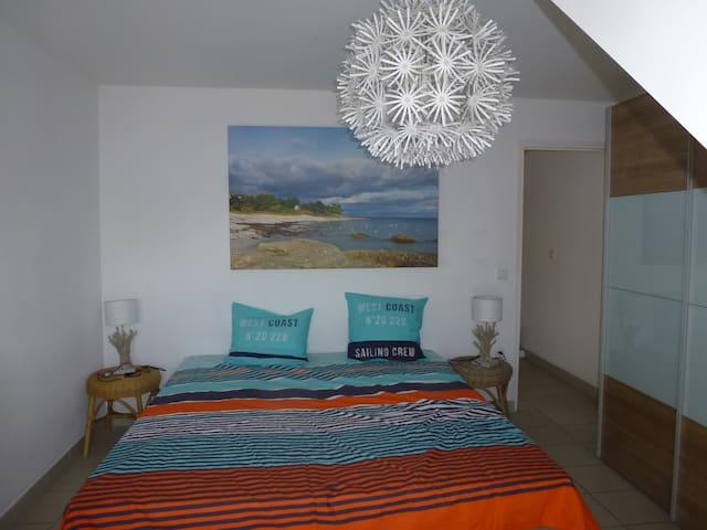 la chambre avec 2 grands lits pouvant n en former qu un