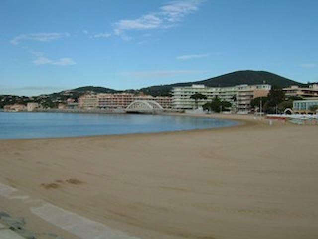 SAINTE MAXIME plein centre plage balcon clim