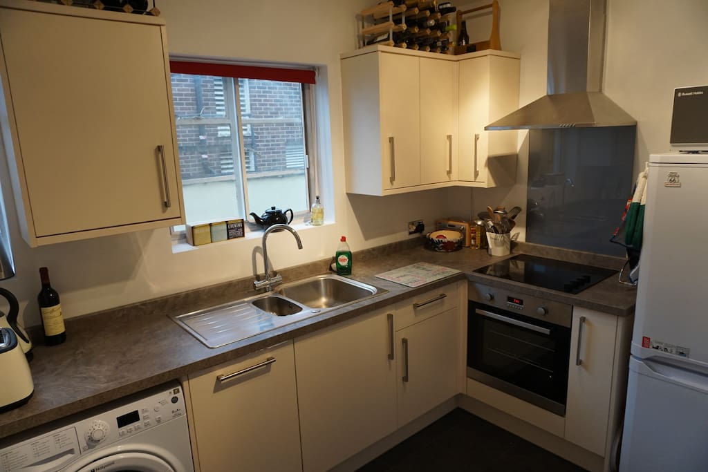 Spacious kitchen with integrated dishwasher, washing machine, fridge and cooking facilities