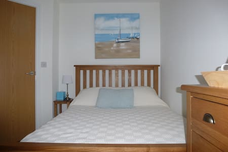Cabin Room Treetops, Duporth Private Beach - Bed & Breakfast