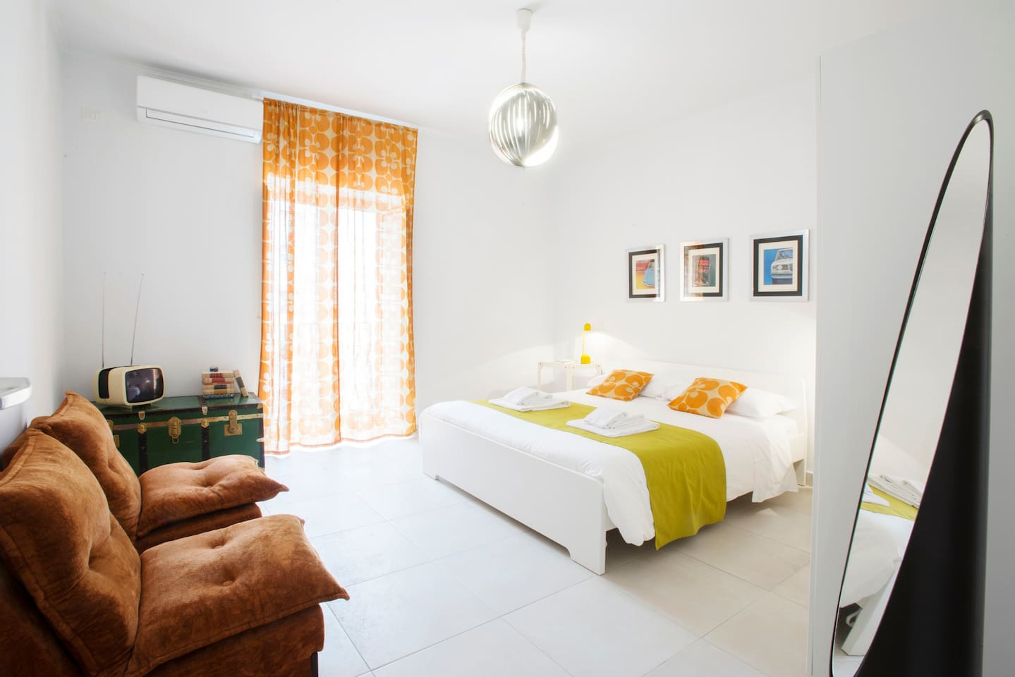 We can accommodate up to 6 people. 3 double bedrooms, 2 bathrooms, a fully equipped kitchen and living room. Vintage items from our collection make it unique and special.