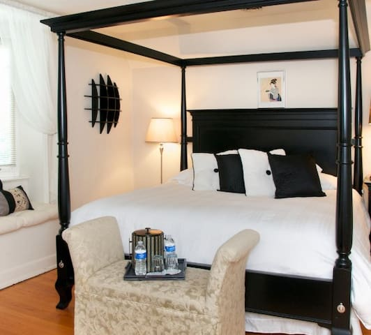 King canopy bed in Manor Room.