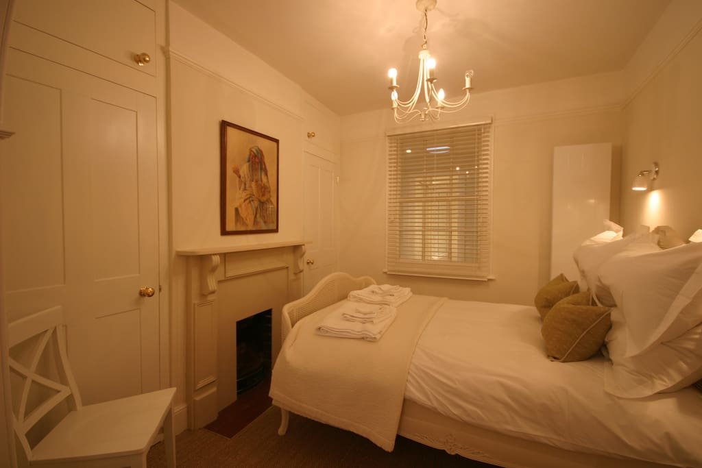 The cosy bedroom, with its comfortable bed equipped with Egyptian cotton linen and goose-down quilt and pillows.
