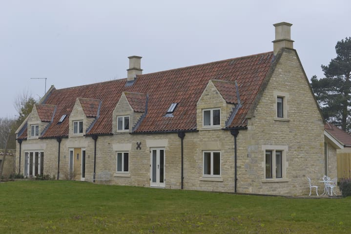 Paddock Cottage is set in a conservation area. - Grantham, Sleaford - Altres